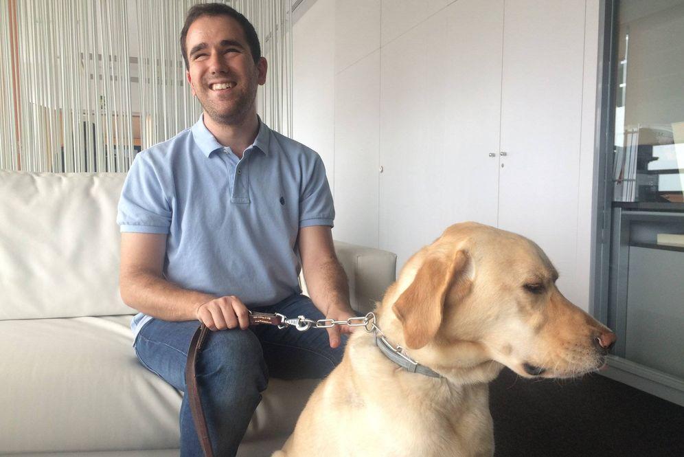 Foto: Juanjo Montiel, con su perro guía. (Foto: Pasiona)