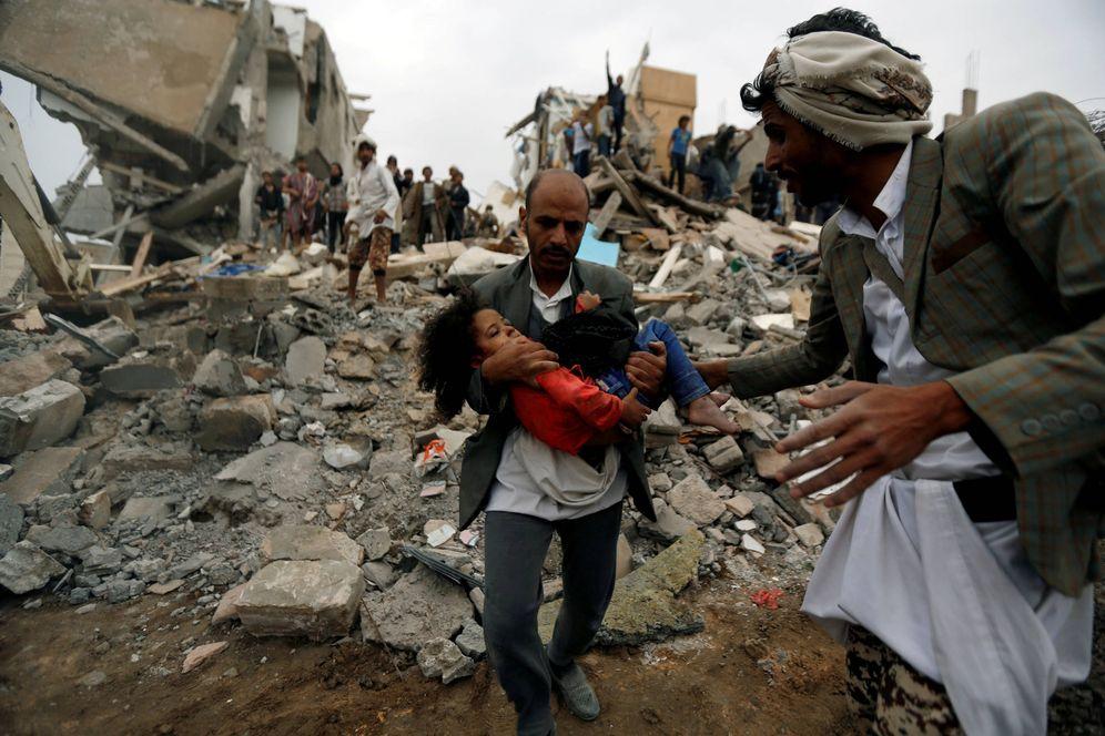 Foto: Un hombre ayuda a una niña herida en un bombardeo de la coalición árabe contra Saná, capital de Yemen. (Reuters)