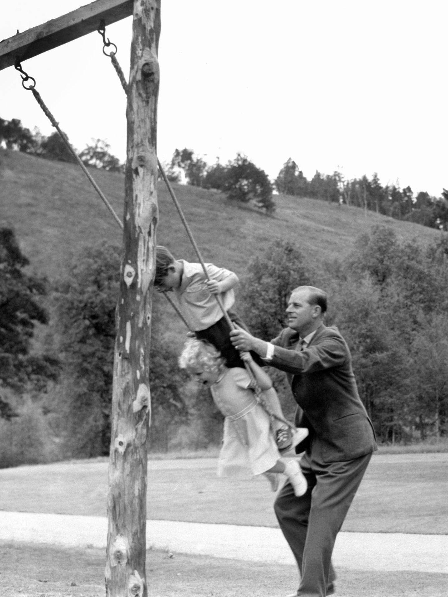 El duque de Edimburgo, con sus hijos mayores en 1955. (Cordon Press)
