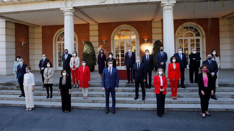 Foto: El presidente del Gobierno, Pedro Sánchez (c), posa con sus ministros para una foto de familia en la Moncloa. (EFE)
