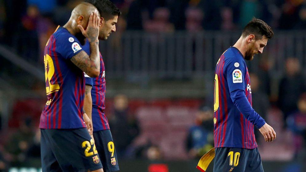 Foto: Messi, cabizbajo, en Bilbao con Arturo Vidal llevándose las manos a la cabeza. (Efe)