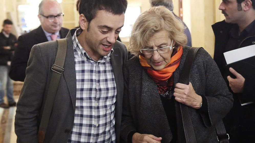 Foto: La alcaldesa de Madrid, Manuela Carmena, junto al alcalde de A Coruña, Xulio Ferreiro, esta mañana en un desayuno informativo en Madrid. (EFE)