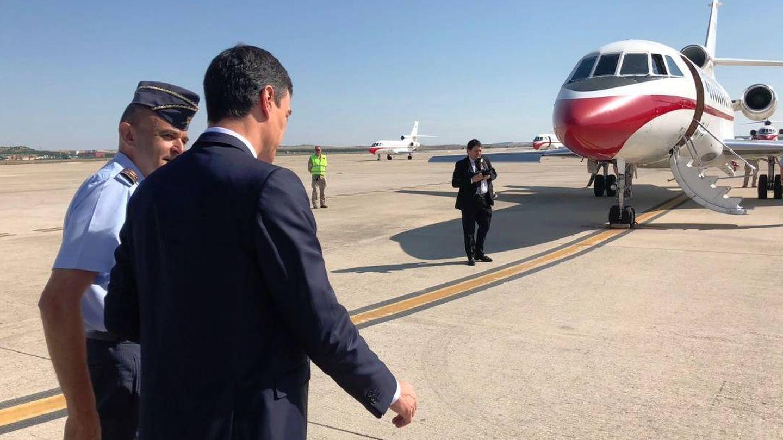 Sánchez, ante otra de las aeronaves del Ejército del Aire, el avión Falcon. (EFE)
