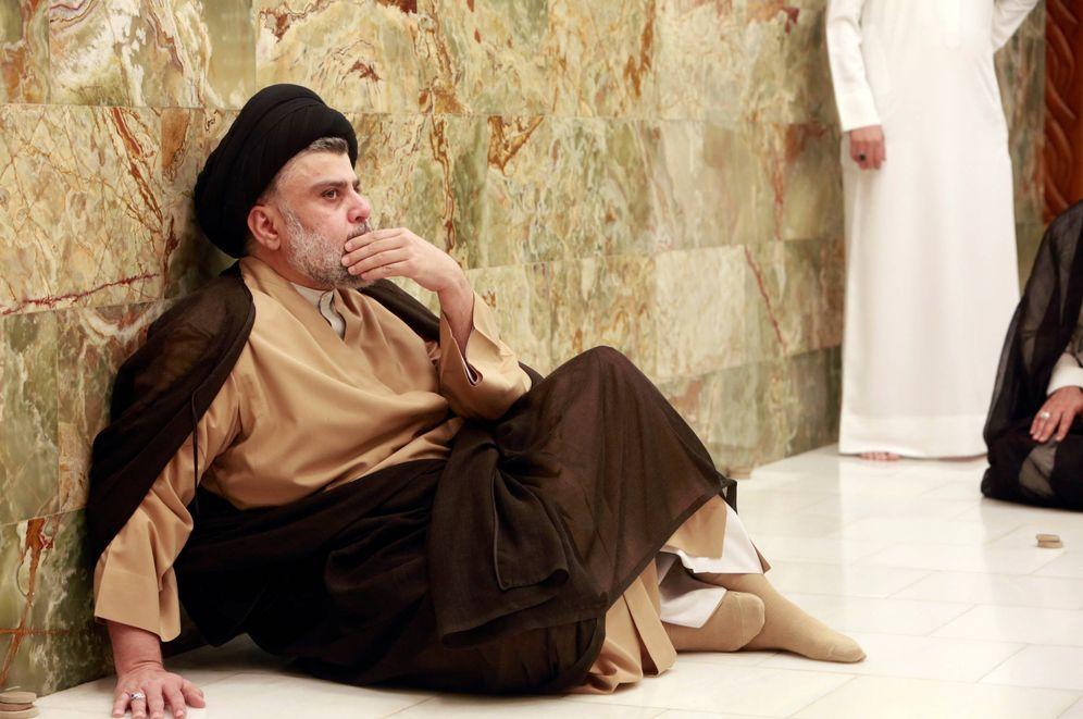 Foto: El clérigo Muqtada al-Sadr visita la tumba de su padre tras conocerse los resultados electorales, en Nayaf. (Reuters)