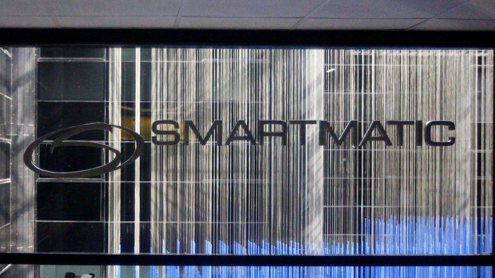 Foto: El logo de Smartmatic en las oficinas de la compañía en Caracas, el 2 de agosto de 2017. (Reuters)