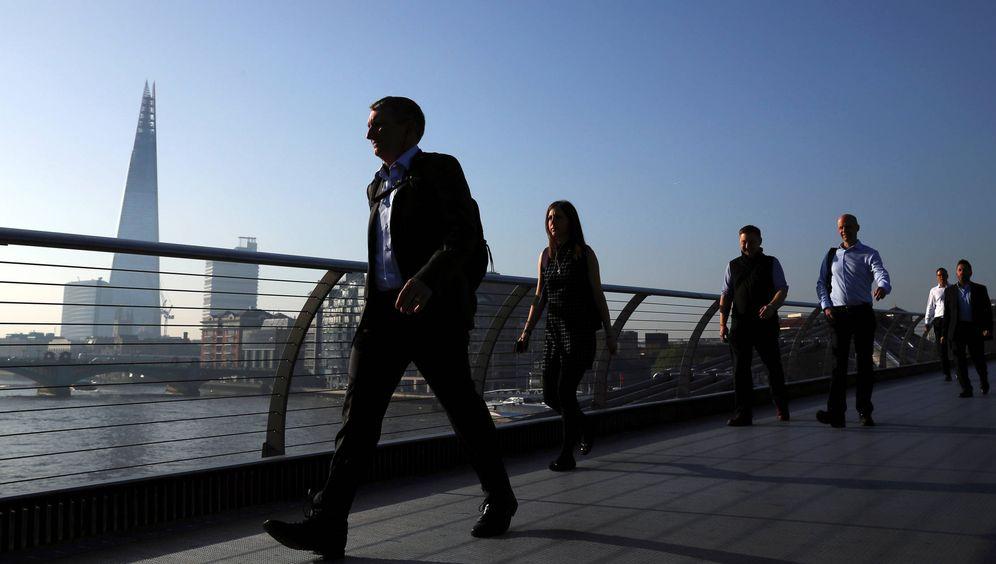 Foto: Varias personas cruzan el Millenium Bridge hacia el distrito financiero de Londres, el 8 de mayo de 2018. (Reuters)