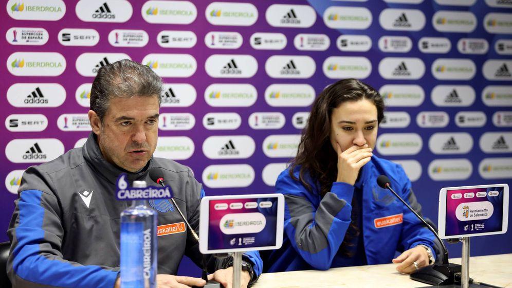 Foto: Gonzalo Arconada, entrenador de la Real Sociedad, junto a Nahikari García. (EFE)