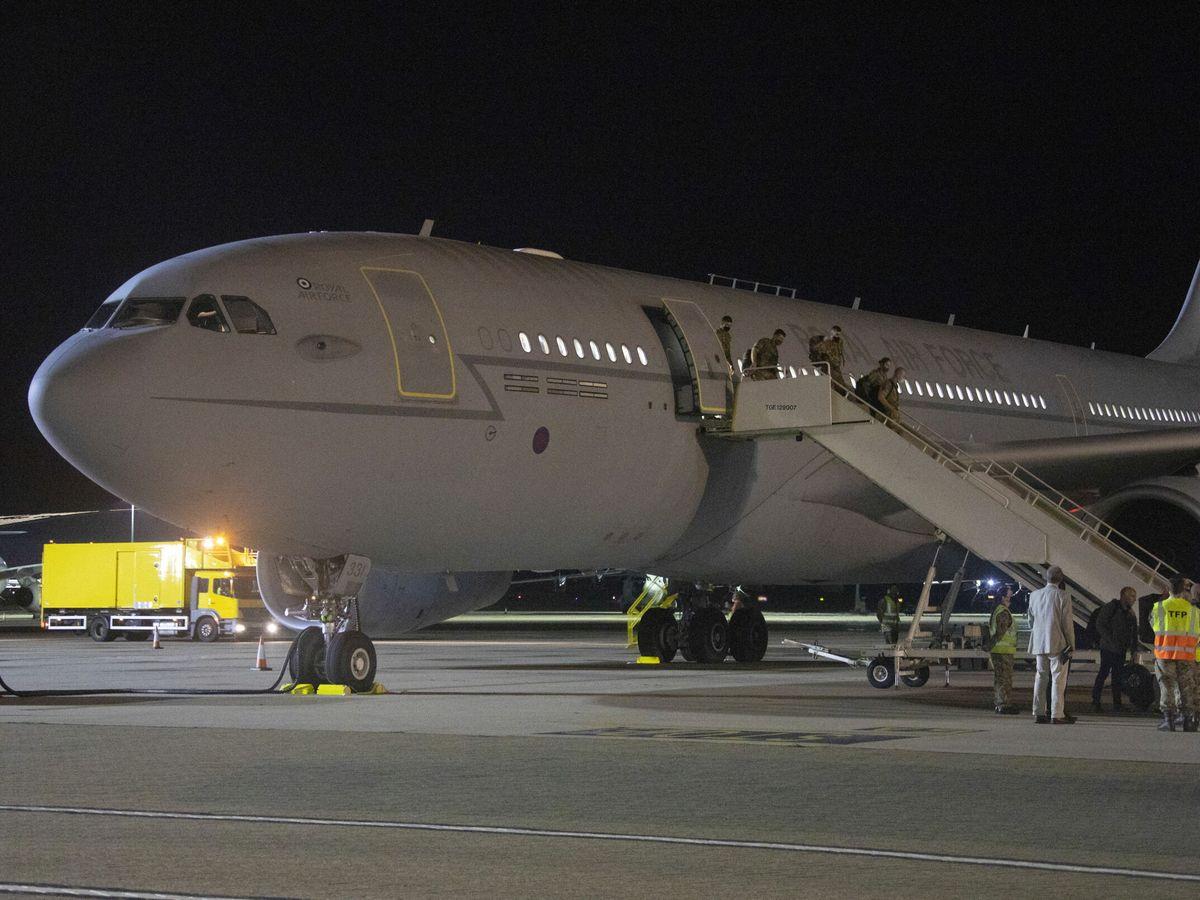 Foto: Una imagen proporcionada por el Ministerio de Defensa británico (MOD) muestra a los pasajeros desembarcando de un avión de la Royal Air Force en la RAF Brize Norton, Gran Bretaña. (EFE)