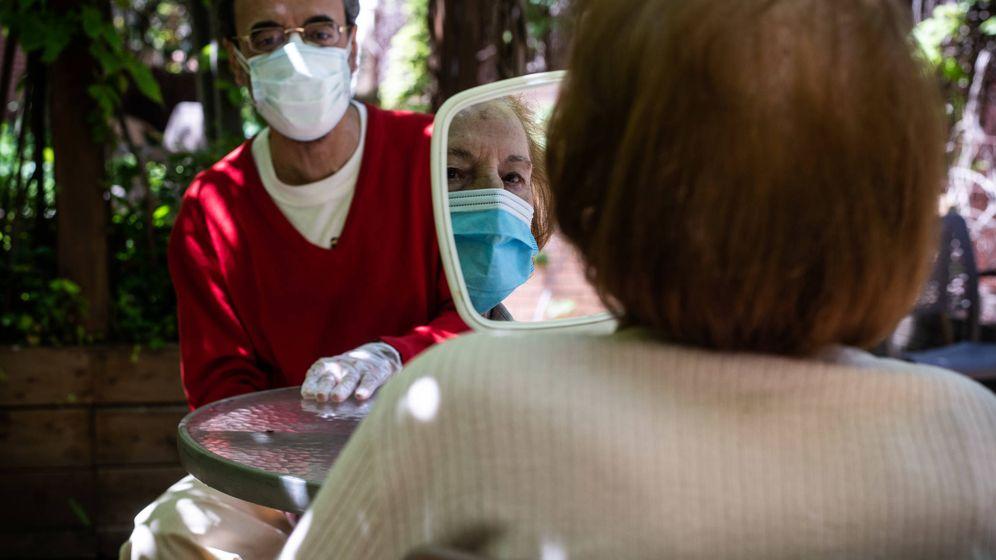 Foto: Encarna se mira el peinado que le han hecho en la primera visita de su hijo. (Carmen Castellón)