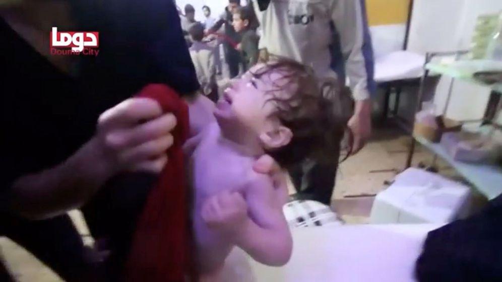 Foto: Un bebé llora al ser atendido tras un presunto ataque químico en Duma, en un video publicado por los Cascos Blancos, el pasado 7 de abril. (Reuters)