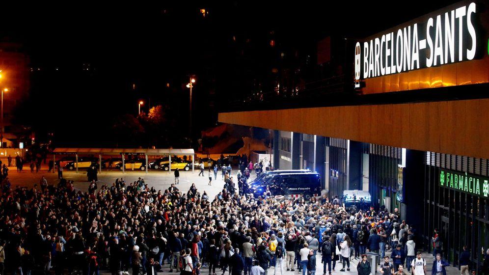 Foto: Miembros de los Comités de Defensa de la República (CDR) rodean este lunes por la noche la estación de Sants de Barcelona. (EFE)