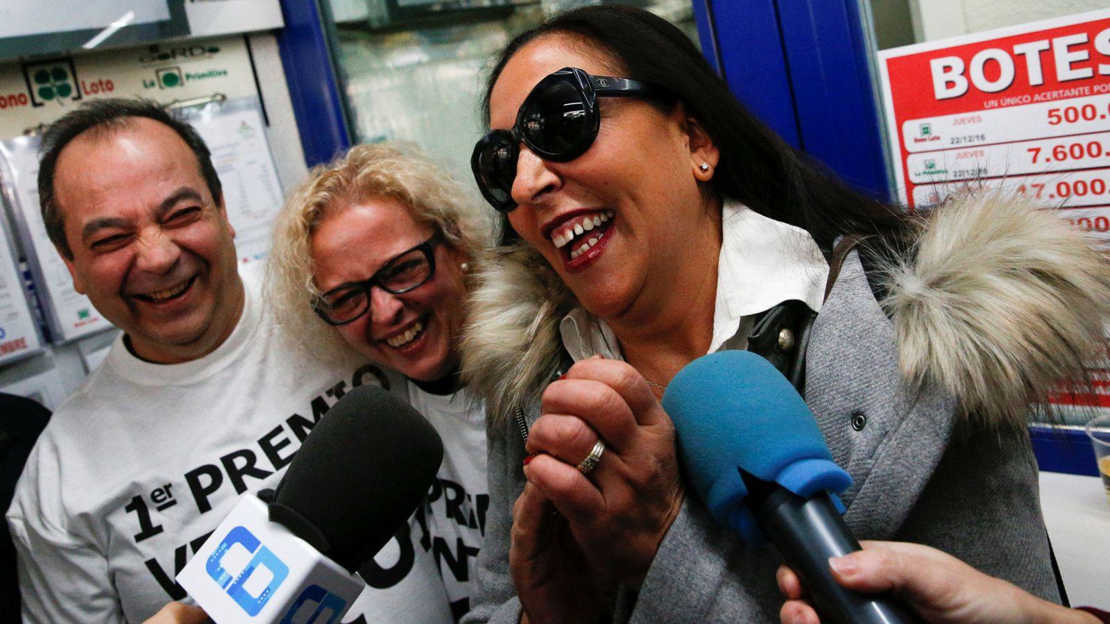 Foto: Los loteros de Madrid que han repartido el Gordo de Navidad 2016 (REUTERS)