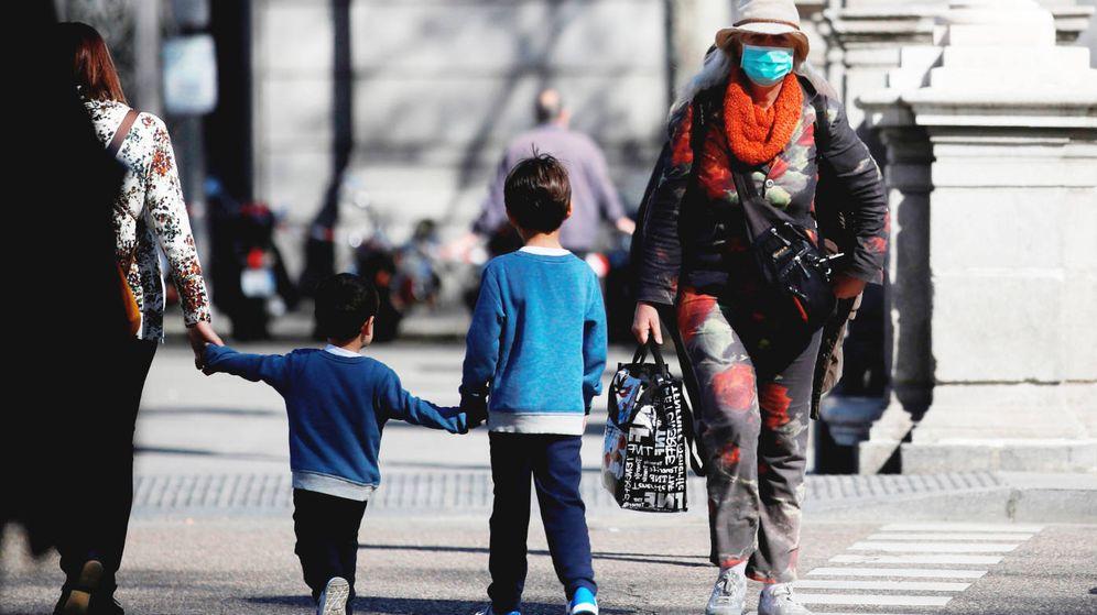 Foto: Un par de niños cruzan una calle en Madrid, el pasado 11 de marzo, tres días antes de la declaración del estado de alarma. (EFE)