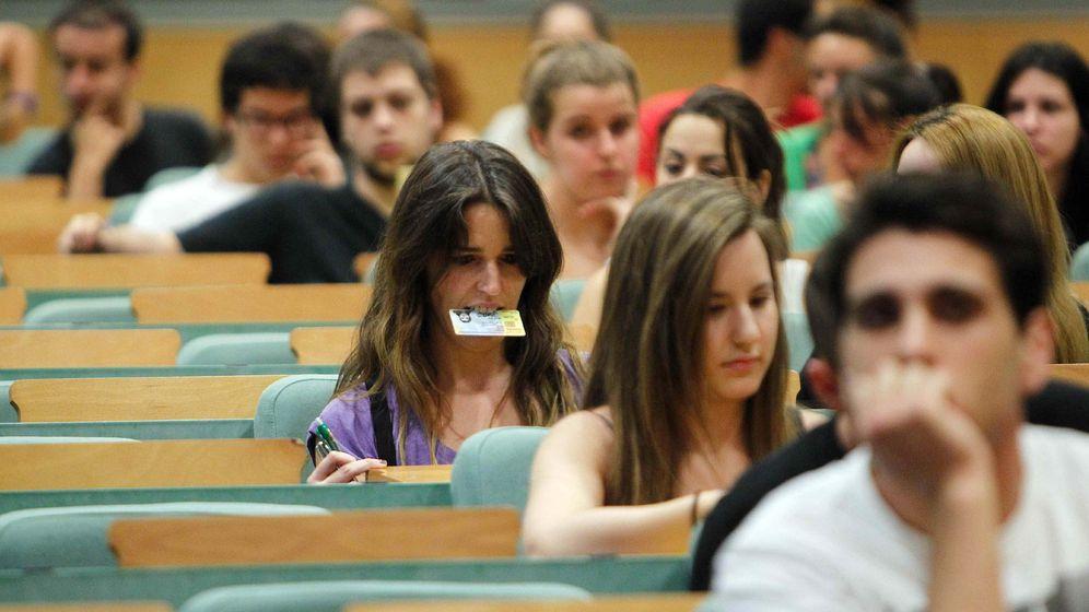 Foto: Varios estudiantes esperan sus pruebas de selectividad (EFE)