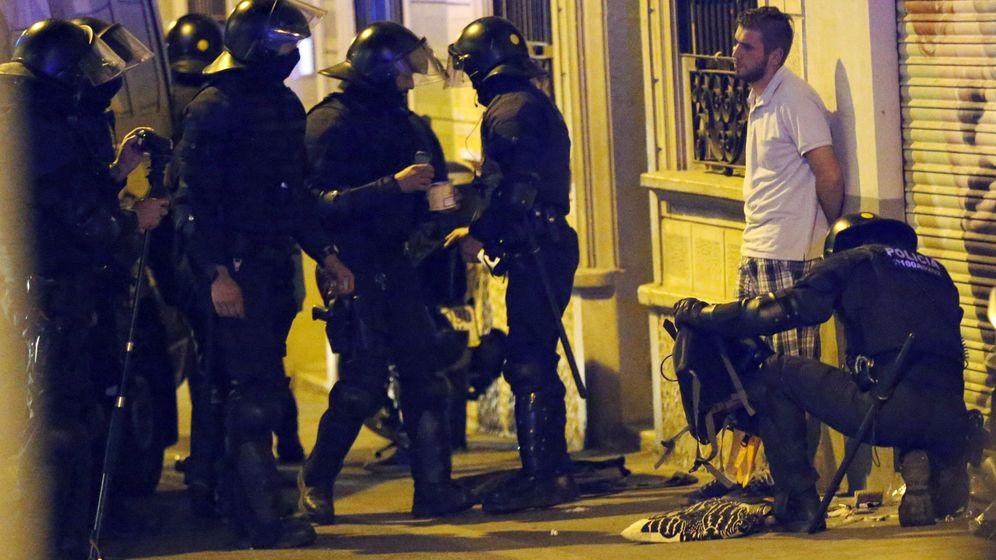 Foto: Miembros de los antidisturbios realizan un registro por las calles del barrio barcelonés de Gàcia. (EFE)