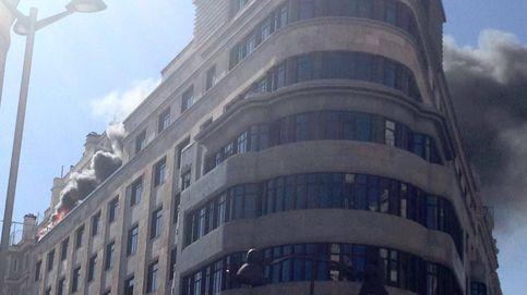 Los bomberos sofocan el incendio del edificio Capitol de la Gran Vía de Madrid