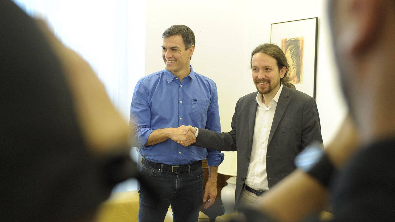 Pedro Sánchez y Pablo Iglesias se saludan en el Congreso antes de su reunión, el pasado 27 de junio. (Borja Puig | PSOE)