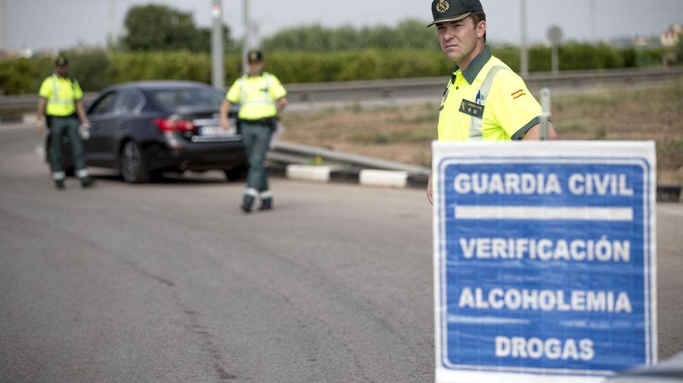 Foto: Varios agentes de la Guardia Civil de Tráfico preparan un control de alcoholemia y drogas. (EFE)