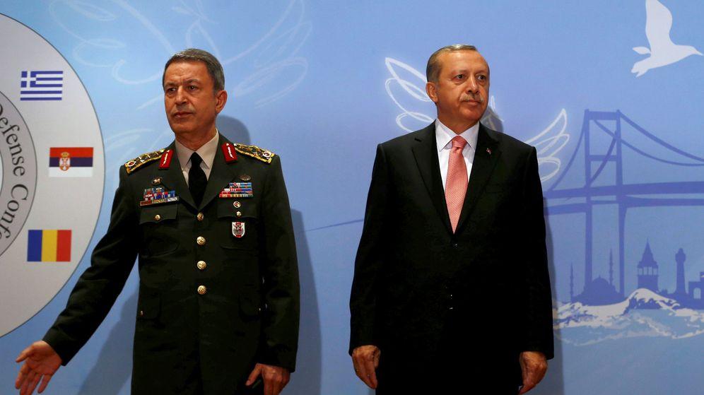 Foto: El presidente turco Tayyip Erdogan junto con el jefe del Estado Mayor, Hulusi Akar, en una imagen de archivo. (Reuters)