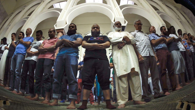 Un grupo de musulmánes reza en la mezquita del Centro Islámico de Madrid. (EFE)