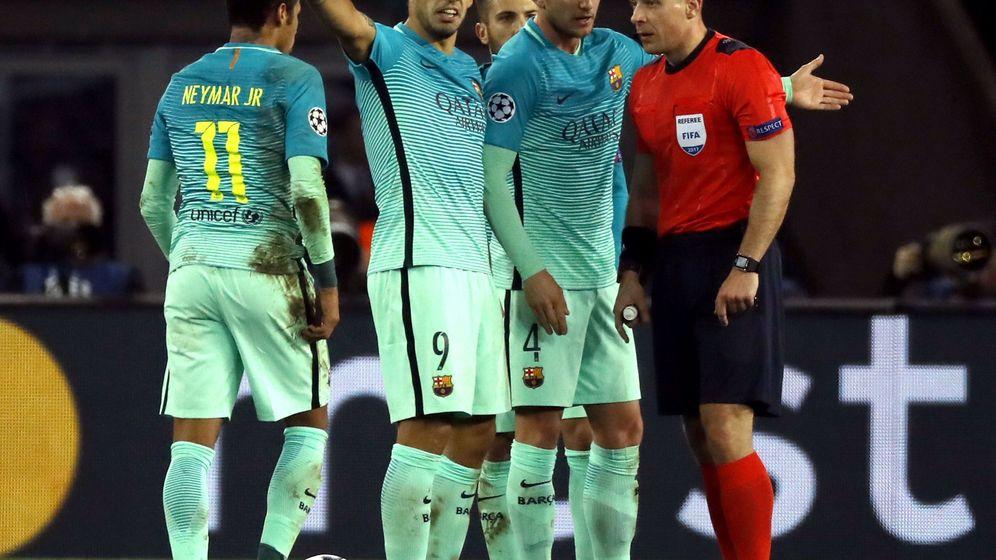 Foto: Los jugadores del Barça protestan al árbitro en París. (EFE)