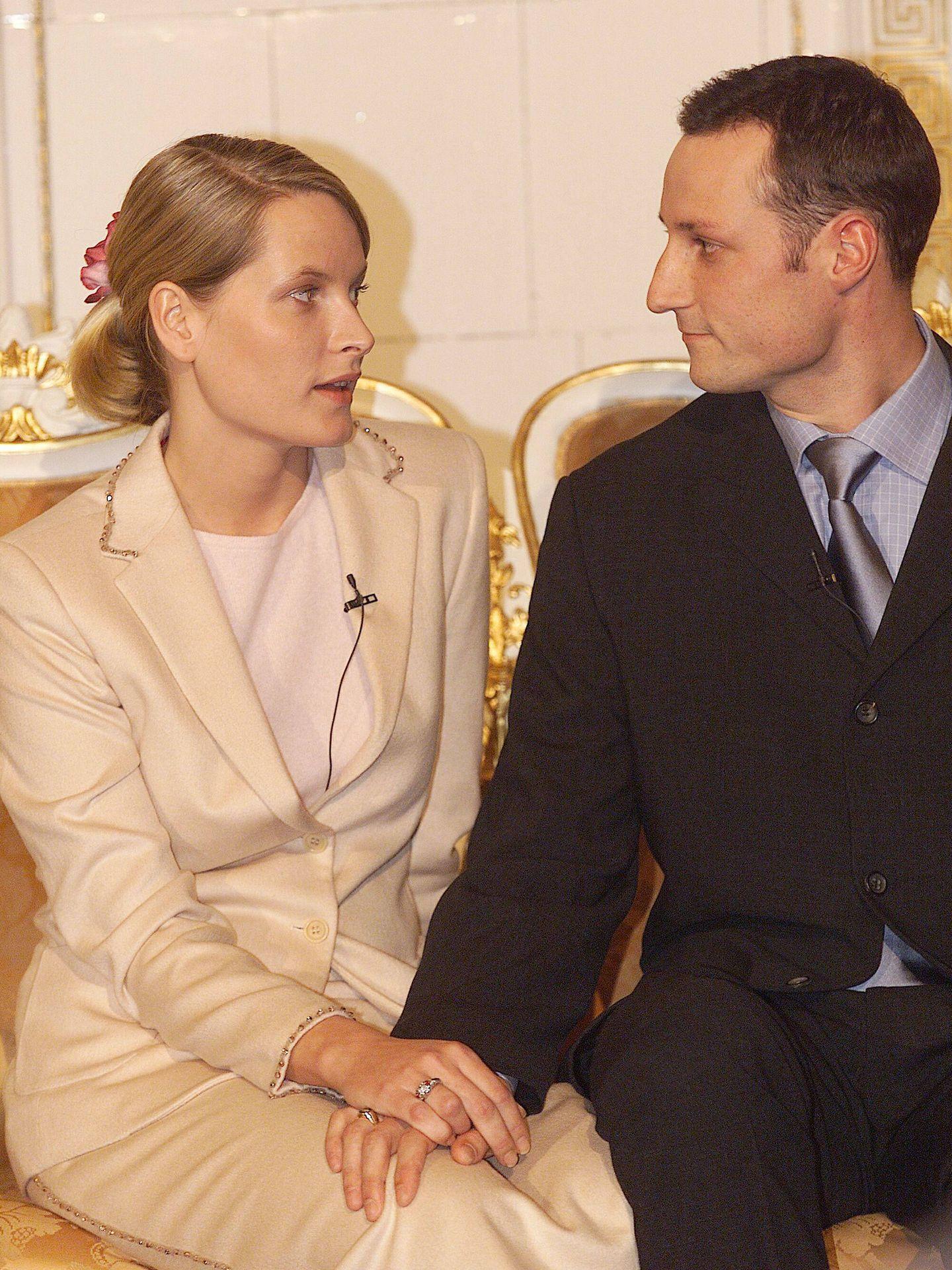 Haakon y Mette-Marit, cuando anunciaron su compromiso. (Getty)