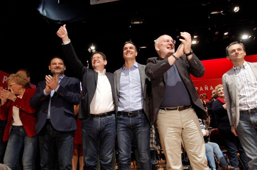 Foto: Pedro Sánchez, con la 'consellera' Ana Barceló, José Luis Ábalos, Ximo Puig, Frans Timmermans y Pedro Duque, este 23 de marzo en Alicante. (EFE)