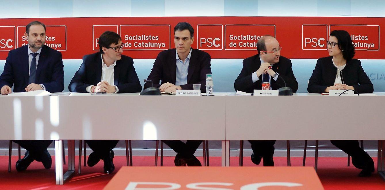 Foto: Pedro Sánchez y Miquel Iceta, junto con Salvador Illa, José Luis Ábalos y Eva Granados, este 22 de diciembre en Barcelona en la sede del PSC. (EFE)