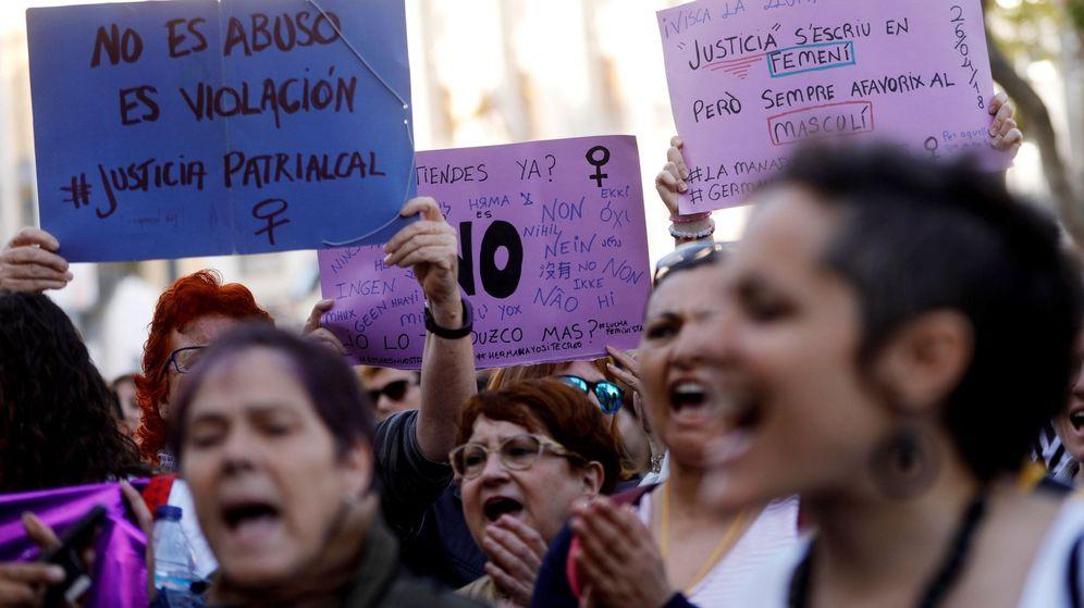 Foto: Cientos de personas claman en Valencia contra a sentencia contra los cinco jóvenes integrantes de La Manada. (EFE)
