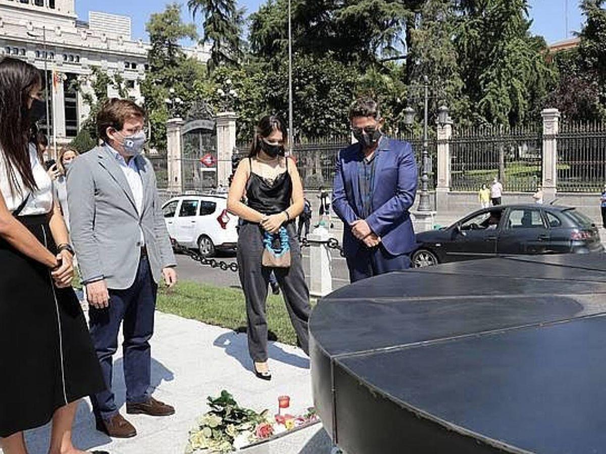 Foto:  Manuela, junto a su padre, ante la mirada del alcalde de Madrid y la novia de Alejandro. (Cordon Press)
