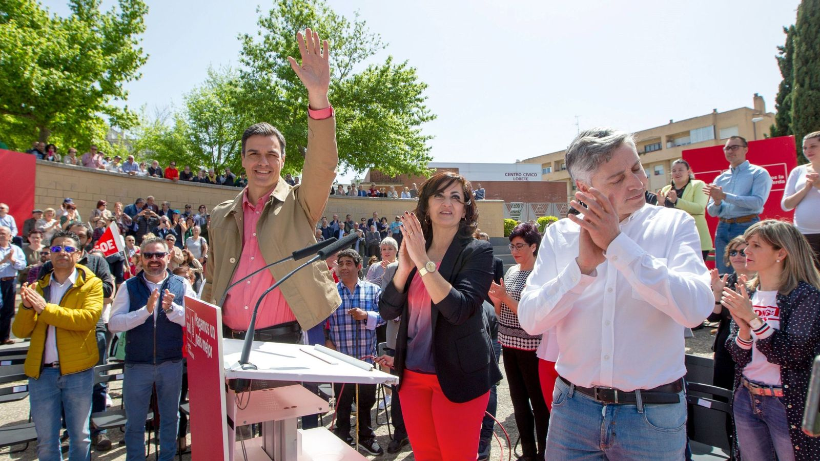 Foto: Pedro Sánchez, con Concha Andreu y Paco Ocón, este 21 de abril en la plaza de Joaquín Elizalde de Logroño. (Borja Puig   PSOE)