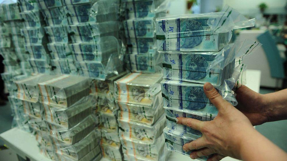 Foto: Imagen de archivo de unos fajos de billetes de zlotys, la moneda polaca. (EFE)