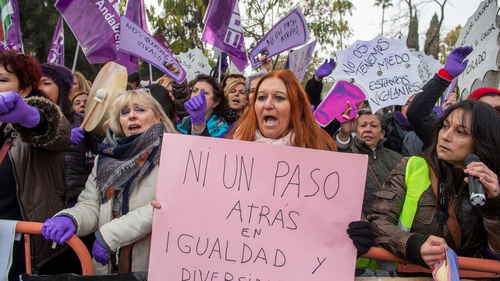 Foto: Cientos de manifestantes se concentran frente al Parlamento Andaluz. (EFE)