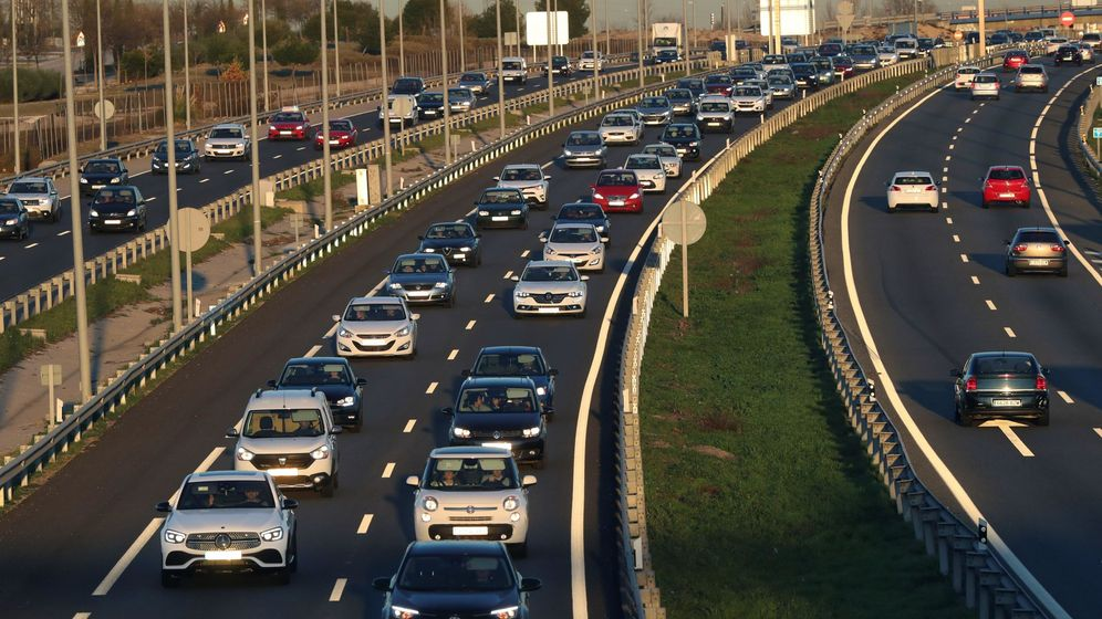 Foto: Fotografía de archivo de retenciones en las salidas de Madrid. (EFE)