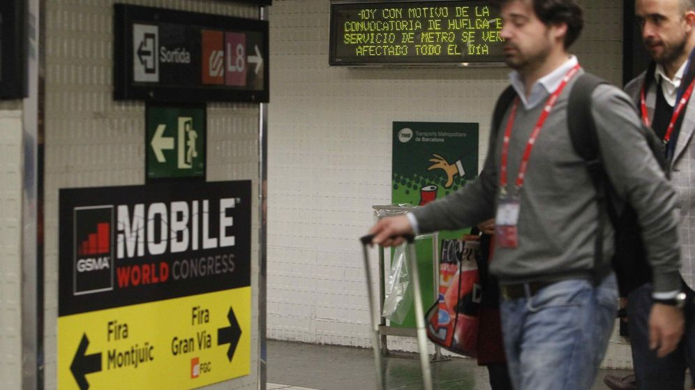 Foto: Asistentes al MWC en la estación de Plaza España del metro de Barcelona. (EFE)