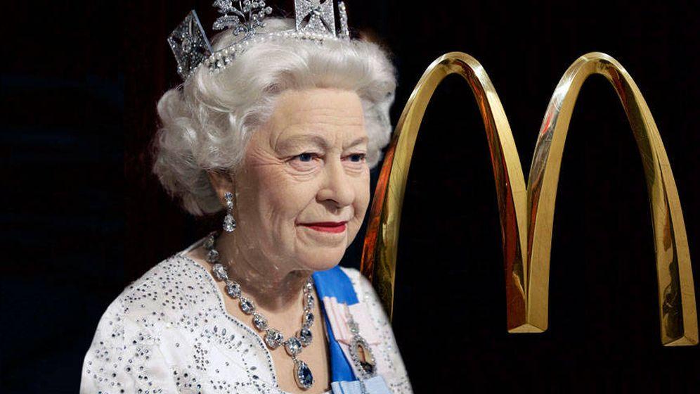Foto: Isabel II y el logo de McDonald's.