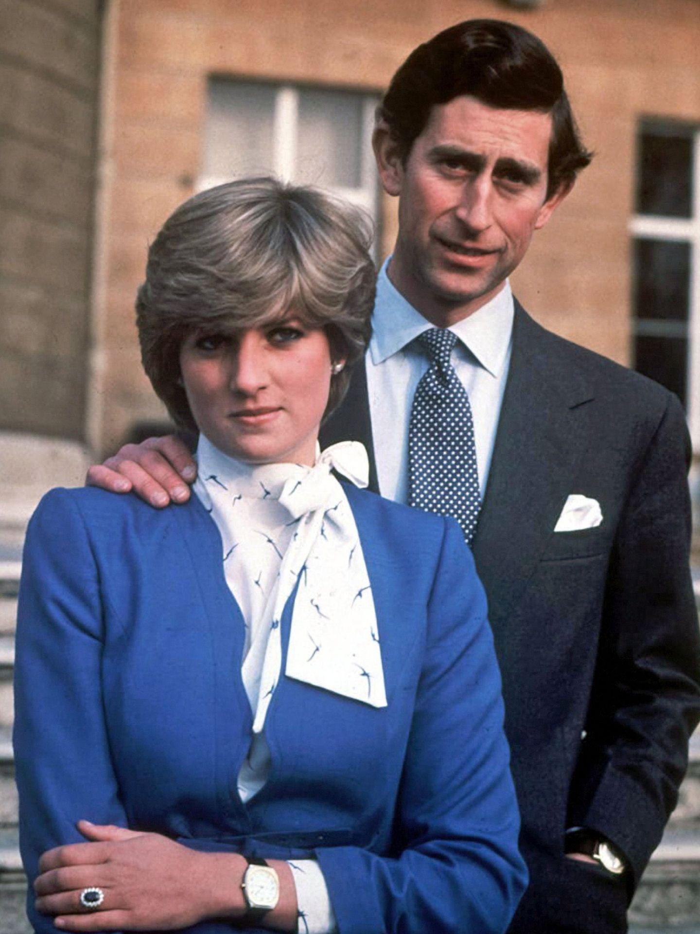 Fotografía de archivo de la princesa Diana, junto a su entonces prometido, el príncipe Carlos, posando el 24 de febrero de 1981. (EFE)