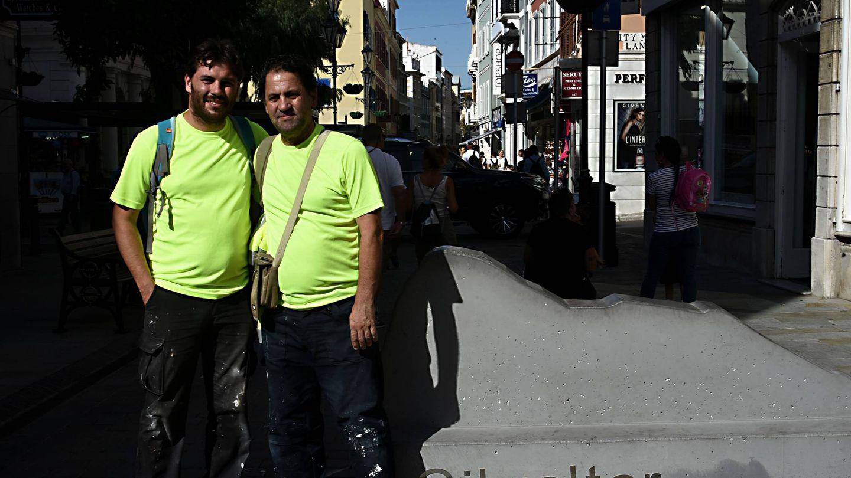 Francisco y Jonathan Espinosa, en Main Street, de Gibraltar. (Toñi Guerrero)