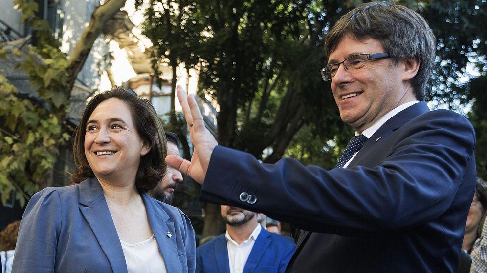 Foto: El presidente de la Generalitat, Carles Puigdemont, junto a la alcaldesa de Barcelona, Ada Colau (i), tras la ofrenda floral al monumento a Rafael Casanova con motivo de la Diada. (EFE)