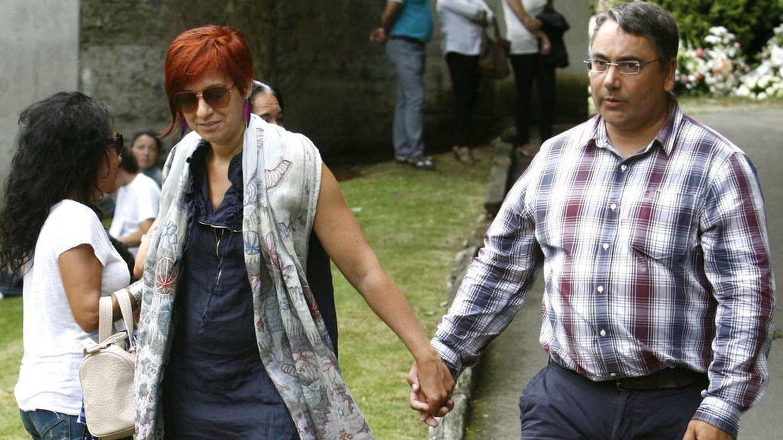 Sandra Ortega y su marido, en el funeral de Rosalía Mera. (EFE)
