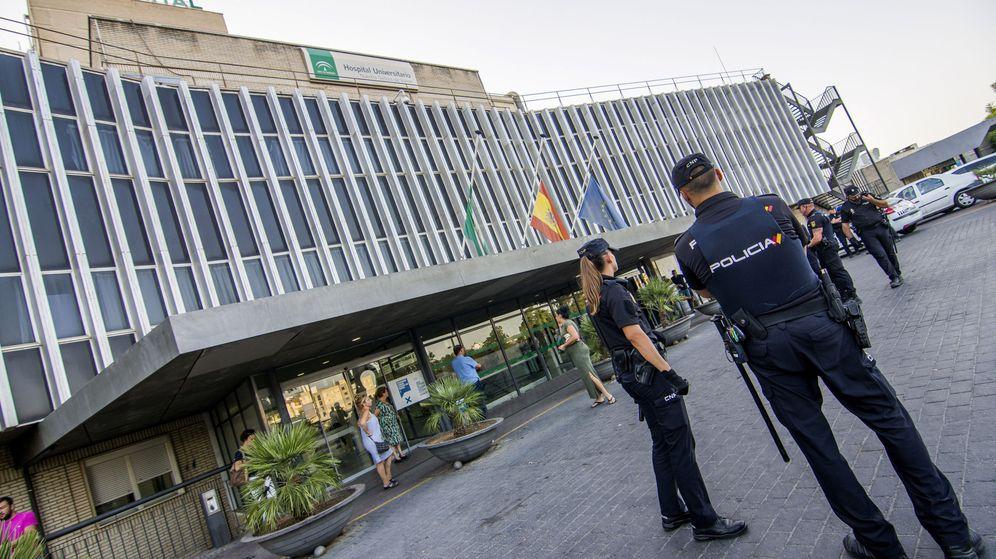 Foto: Agentes de policía, en el exterior del hospital sevillano de Valme. (EFE)