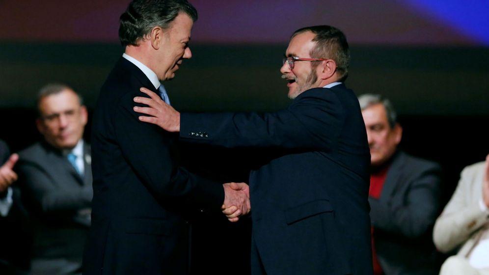 Foto: El presidente Santos y el líder de las FARC Timochenko se estrechan la mano tras la firma del acuerdo (Reuters)