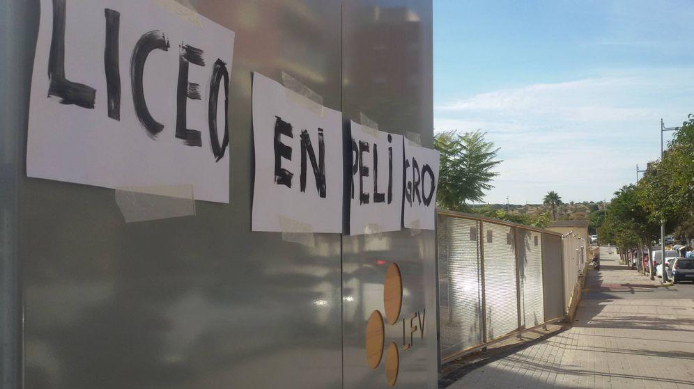 Foto: Un cartel de protesta en la puerta del Liceo Francés de Valencia. (V. R.)