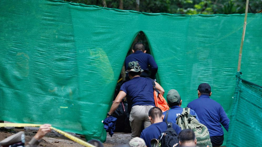 Foto: Personal militar entra en el área restringida de la cueva para iniciar el rescate. (Reuters)