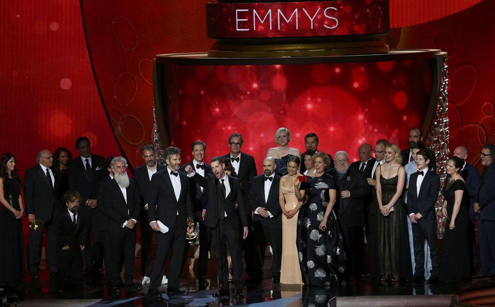 Foto: El equipo de 'Juego de Tronos' recogiendo el Emmy al mejor drama.