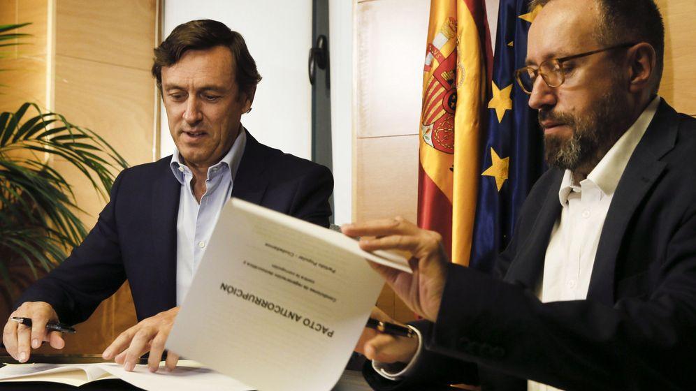 Foto: Los portavoces parlamentarios del PP, Rafael Hernando (i), y de Ciudadanos, Juan Carlos Girauta (d), durante la firma del pacto anticorrupción, el pasado viernes. (EFE)
