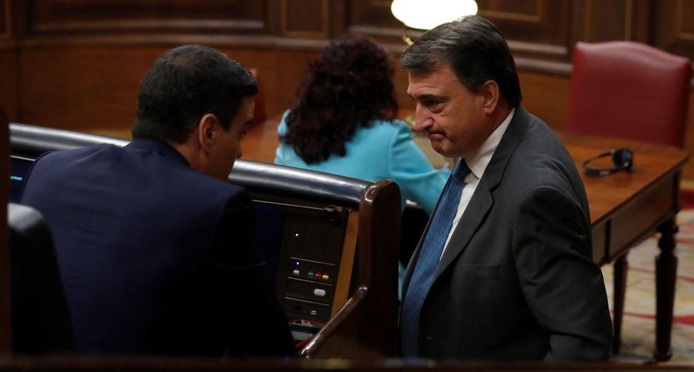 Foto: El portavoz del PNV, Aitor Esteban, conversa con el presidente del Gobierno, Pedro Sánchez (i). (EFE)
