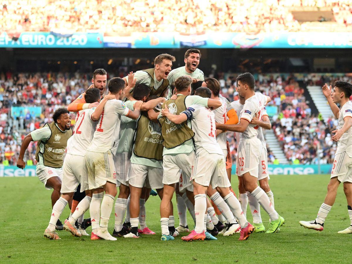 Foto: Los jugadores de España celebran el 3-5 de Oyarzabal. (Reuters)