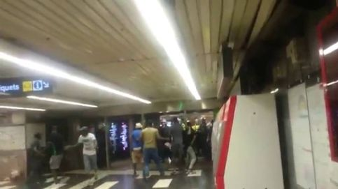 Encontronazo violento entre policías y manteros en el metro de Barcelona