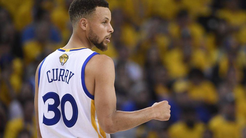 Foto: Stephen Curry firmó un triple doble en el segundo partido de la final de la NBA. (Reuters)